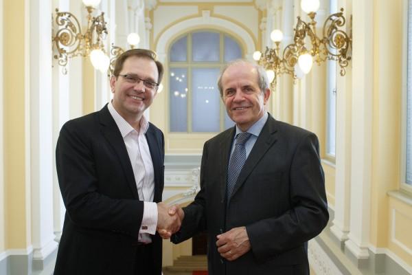 Prof. dr. Zlatko Skrbiš in rektor Univerze v Ljubljani prof. dr. Ivan Sv...