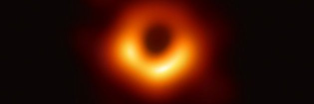 Astronomi posneli prvo sliko supermasivne črne luknje